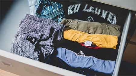 doblado vertical de camisetas